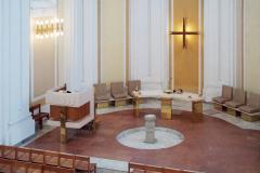Interiér kostela, pohled do apsidy