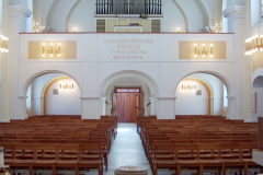 Interiér kostela, pohled k varhanům