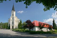 Kostel a fara v létě